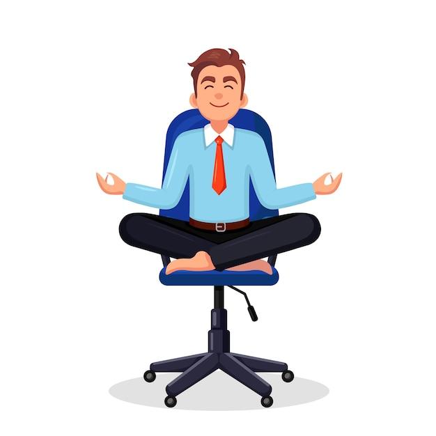 Geschäftsmann, der yoga am arbeitsplatz im büro macht arbeiter, der in padmasana lotus-pose sitzt, meditiert Premium Vektoren