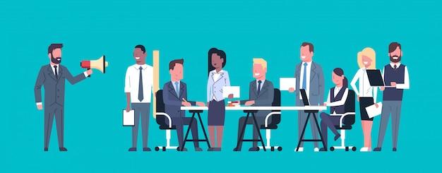 Geschäftsmann-führer-gespräch im megaphon beim treffen mit wirtschaftlern team brainstorming Premium Vektoren
