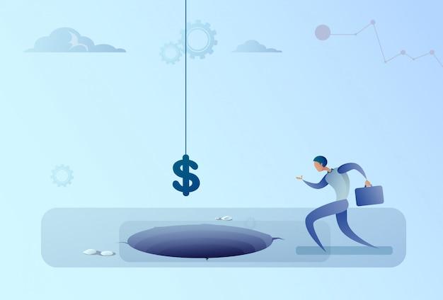 Geschäftsmann gelaufen, um das dollarzeichen zu fallen, das in loch-finanzkrise-konzept fällt Premium Vektoren