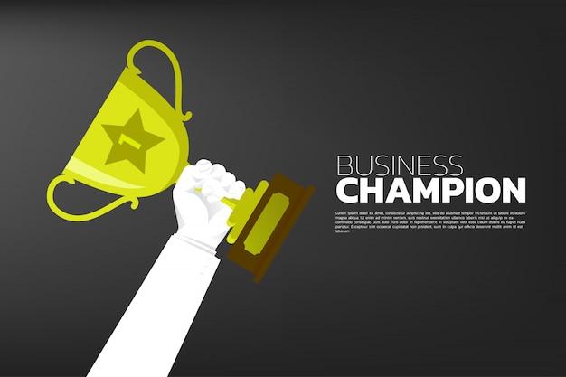 Geschäftsmann hand mit gold trophy cup award. Premium Vektoren