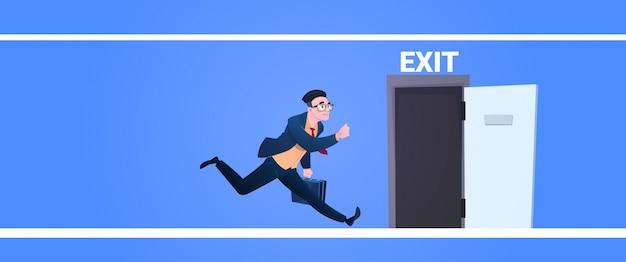 Geschäftsmann laufen, um ausgangstürmann zu öffnen, der von der arbeit evakuierung läuft, singen notfall auf blauem hintergrund flaches banner Premium Vektoren
