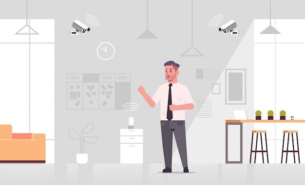 Geschäftsmann mit cctv-kamera von smart speaker spracherkennung gesteuert Premium Vektoren
