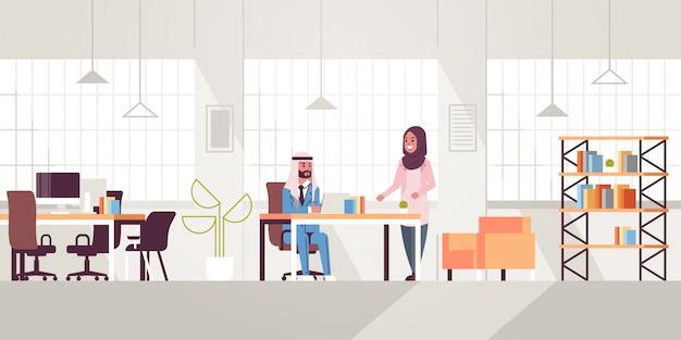 Geschäftsmann mit weiblicher assistentin unter verwendung des laptops, der neues projekt während des treffens am arbeitsplatz-teamarbeitskonzept kreativer arbeitsbereich moderner büroinnenraum flach in voller länge horizontal bespricht Premium Vektoren