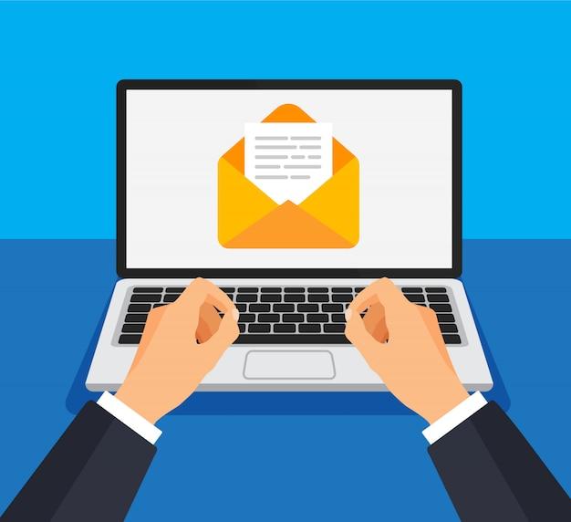 Geschäftsmann öffnet oder erstellt neuen brief auf laptop. Premium Vektoren