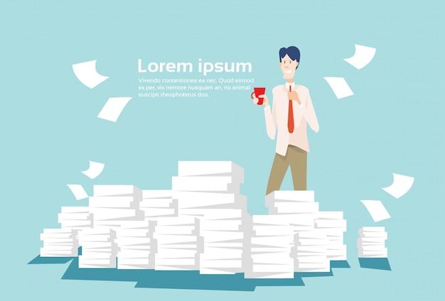 Geschäftsmann stapelte papierdokumenten-schreibarbeit Premium Vektoren