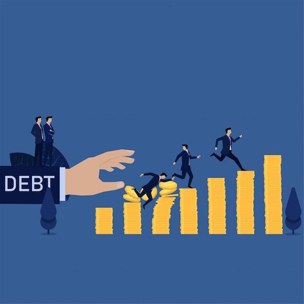 Geschäftsmannfall vom münzenstapel während anderer, der von der schuld läuft. Premium Vektoren