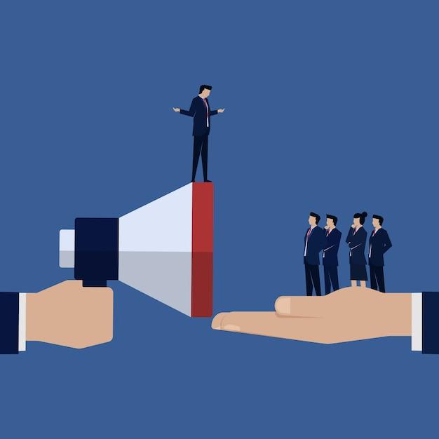 Geschäftsmannführer sprechen mit seiner teamansage. Premium Vektoren
