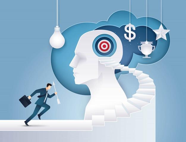 Geschäftsmanngriffpfeil, der herauf treppenhaus zum ziel auf menschlichem kopf läuft Premium Vektoren