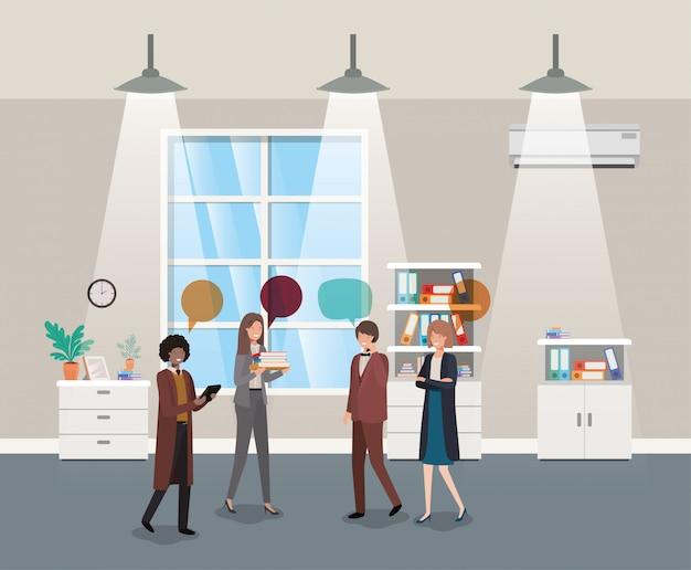 Geschäftsleute, die im Korridorbüro sprechen Premium Vektoren
