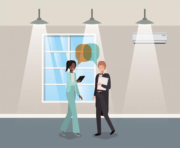Geschäftspaare, die im Korridorbüro sprechen Premium Vektoren