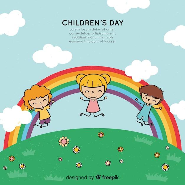 Gezeichneter stil des glücklichen kindertageshintergrundes in der hand mit kindern und regenbogen Kostenlosen Vektoren