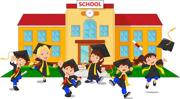 Glückliche absolventen, die zertifikate vor der schule halten Premium Vektoren