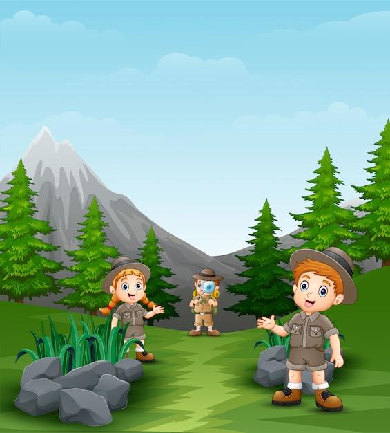 Glückliche entdeckerkinder in der schönen landschaft Premium Vektoren