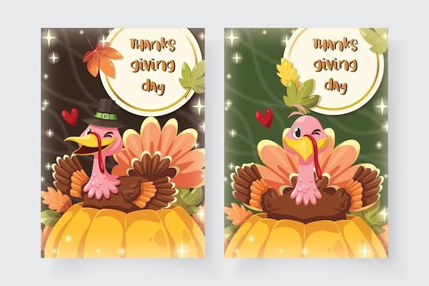 Glückliche erntedankfestkarte mit der türkei, die auf einem kürbis sitzt. Kostenlosen Vektoren