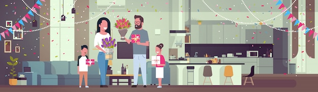 Glückliche familie, die mutter mit frauen-tag am 8. märz mit geschenken und blumen im wohnzimmer horizontal beglückwünscht Premium Vektoren