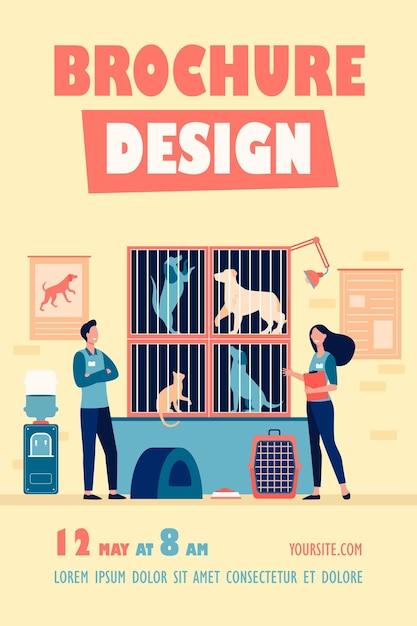 Glückliche freiwillige mit abzeichen, die im tierheim arbeiten und sich um obdachlose katzen und hunde in käfigfliegervorlage kümmern Kostenlosen Vektoren