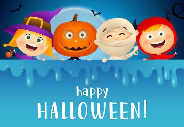 Glückliche halloween-beschriftung mit lächelnden kindern in den monsterkostümen Kostenlosen Vektoren