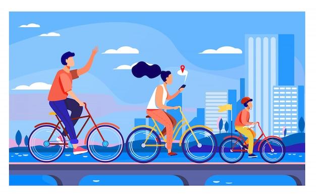 Glückliche junge familie, die auf fahrrädern im park reitet Kostenlosen Vektoren