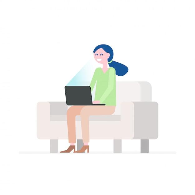 Glückliche junge frau, die auf bequemer couch sitzt und laptop verwendet. Premium Vektoren