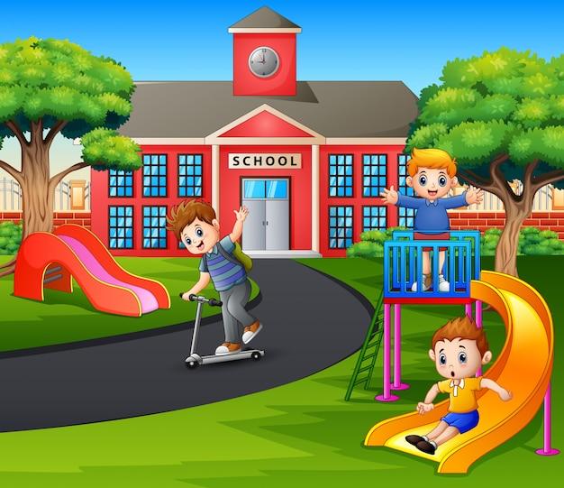 Glückliche jungen, die nach der schule auf dem spielplatz spielen Premium Vektoren