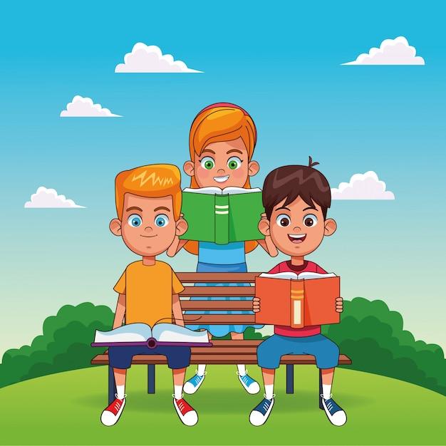 Glückliche jungenlesebücher, die auf einer bank und einem mädchen lesen eine buchstellung sitzen Premium Vektoren