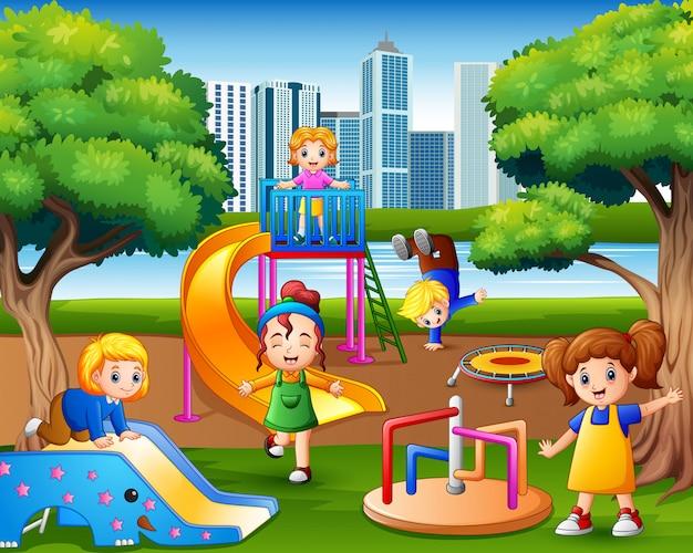 Glückliche kinder, die auf dem spielplatz spielen Premium Vektoren