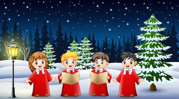 Glückliche kinder, die das rote kostüm singend im schneienden garten tragen Premium Vektoren