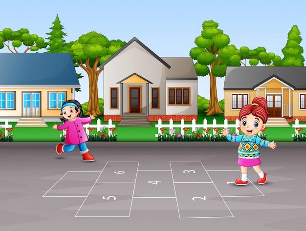 Glückliche kinder, die hopse im yard spielen Premium Vektoren