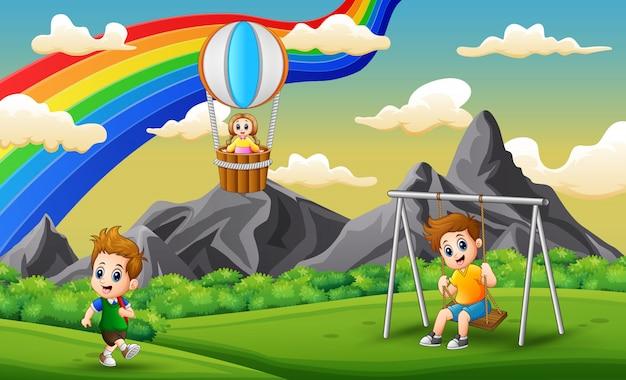 Glückliche kinder, die im park spielen Premium Vektoren