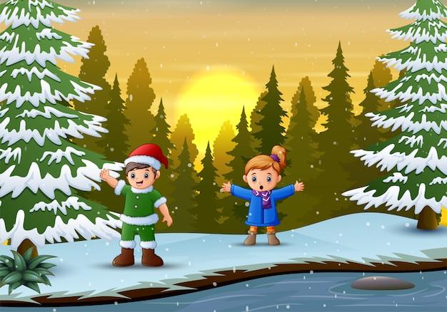 Glückliche kinder, die im winter spielen Premium Vektoren