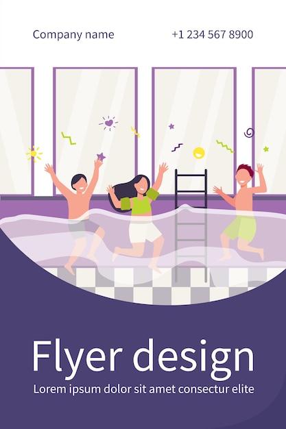 Glückliche kinder, die spaß im schwimmbad haben. jungen und mädchen in badebekleidung genießen aktivitäten im familienfitnessclub. flyer vorlage Kostenlosen Vektoren