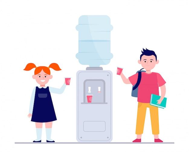 Glückliche kinder, die wasser am kühler trinken Kostenlosen Vektoren