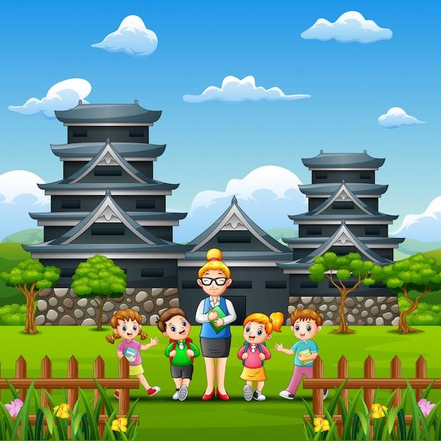 Glückliche kinder studieren tour in kumamoto castle Premium Vektoren