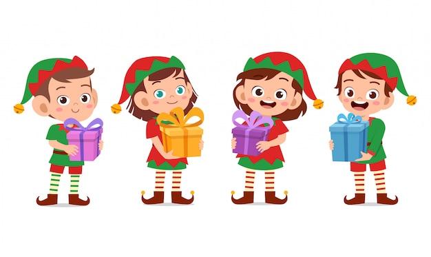 Glückliche kinder tragen geschenkweihnachten Premium Vektoren