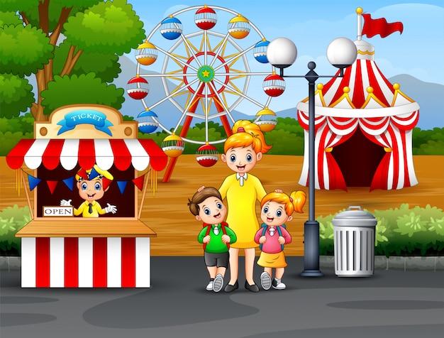 Glückliche kinder und ihr elternteil, die spaß in einem vergnügungspark haben Premium Vektoren