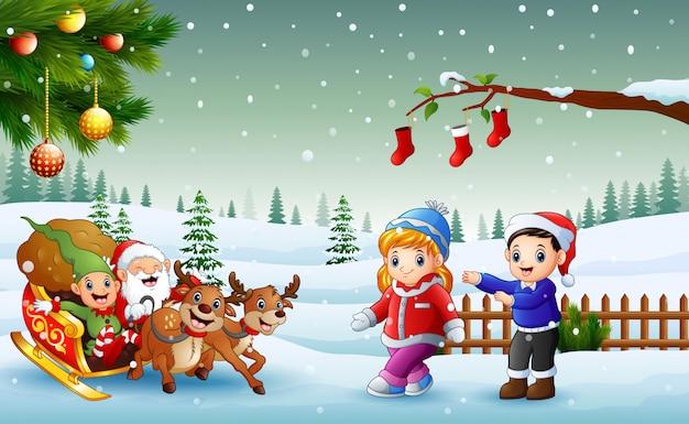 Glückliche kinder und weihnachtsmann mit der elfe, die auf einen pferdeschlitten mit der tasche der geschenke reindee reitet Premium Vektoren