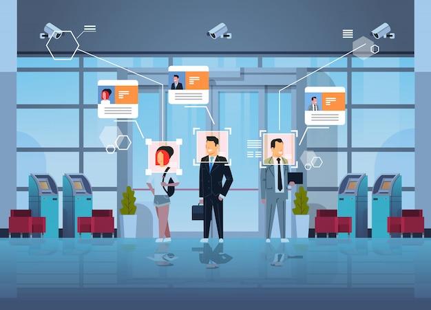 Glückliche menschen stehen finanzabteilung mit geldautomaten geldautomaten identifizierung überwachung cctv gesichtserkennung business center halle innen überwachungskamerasystem Premium Vektoren