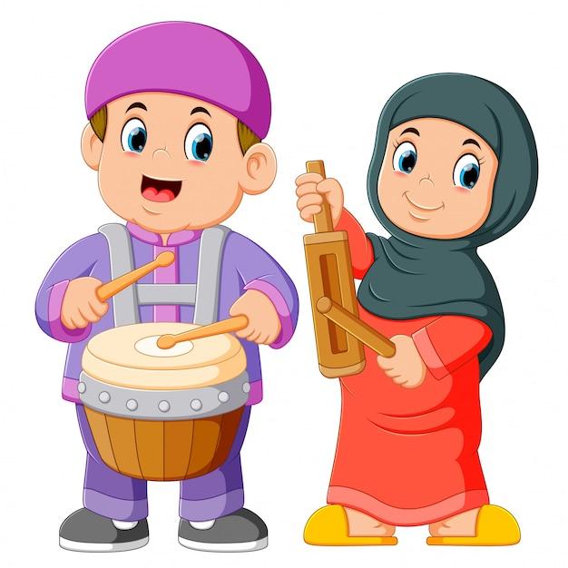 Glückliche moslemische kinderkarikatur, die traditionelle musikinstrumente spielt Premium Vektoren