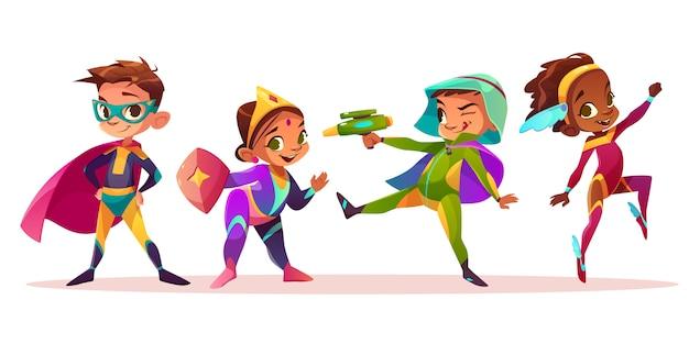 Glückliche multiethnische kindercharaktere, die spaß in den superhelden oder in den märchenkostümkarikatur-vektorillustration lokalisiert auf weißem hintergrund spielen und haben. vorschulkind jungen und mädchen kostümierte party Kostenlosen Vektoren