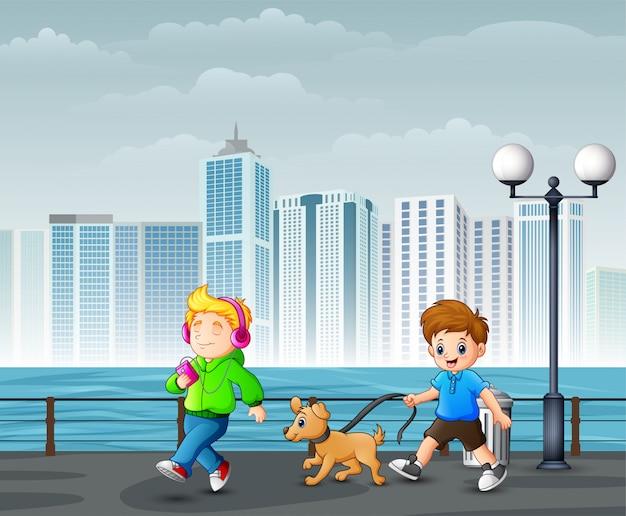 Glückliche nette kinder, die in stadtpark gehen Premium Vektoren