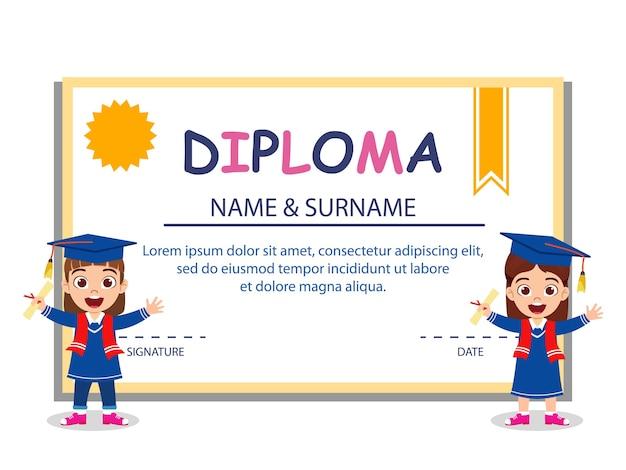 Glückliche niedliche kinderabsolventmädchen, die auf diplomzertifikat lokalisiert auf weißem hintergrund stehen Premium Vektoren