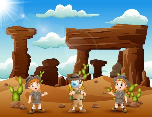 Glückliche zookeeper erkundeten die wüste Premium Vektoren