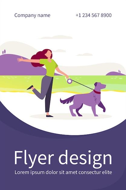 Glücklicher aktiver frau, der hund an der leine im freien geht. mädchen mit haustier nahe see, landschaft, wasserflache fliegerschablone Kostenlosen Vektoren