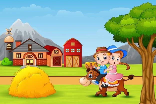 Glücklicher junge und mädchen, die ein pferd in der faram landschaft reitet Premium Vektoren