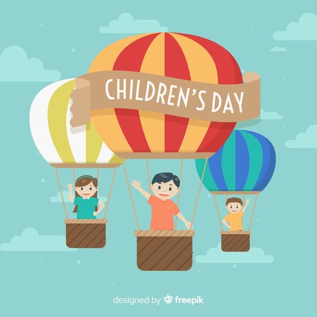 Glücklicher kindertageshintergrund mit kindern in den heißluftballonen Kostenlosen Vektoren