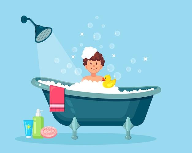 Glücklicher mann, der bad im badezimmer mit gummiente nimmt. waschen sie kopf, haare, körper und haut mit shampoo, seife, schwamm und wasser. badewanne voller schaum mit blasen. hygiene, alltag, entspannung. Premium Vektoren