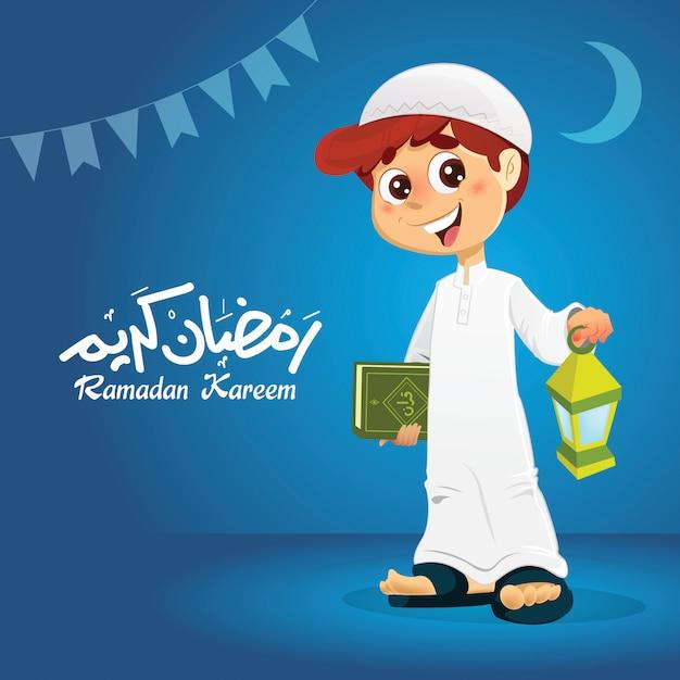 Glücklicher moslemischer junge, der quran-buch hält Premium Vektoren