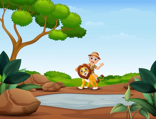 Glücklicher tierpflegerjunge und -löwe nahe dem kleinen teich Premium Vektoren