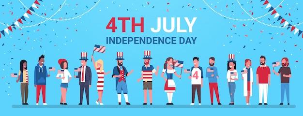 Glücklicher unabhängigkeitstag 4. juli mix race people traditionelle kleidung us-flaggen feiern mützen Premium Vektoren