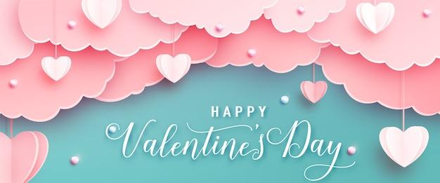 Glücklicher valentinstag-begrüßungsbanner im realistischen papierschnittstil. papierherzen, wolken und perlen an schnur. kalligraphietext Kostenlosen Vektoren